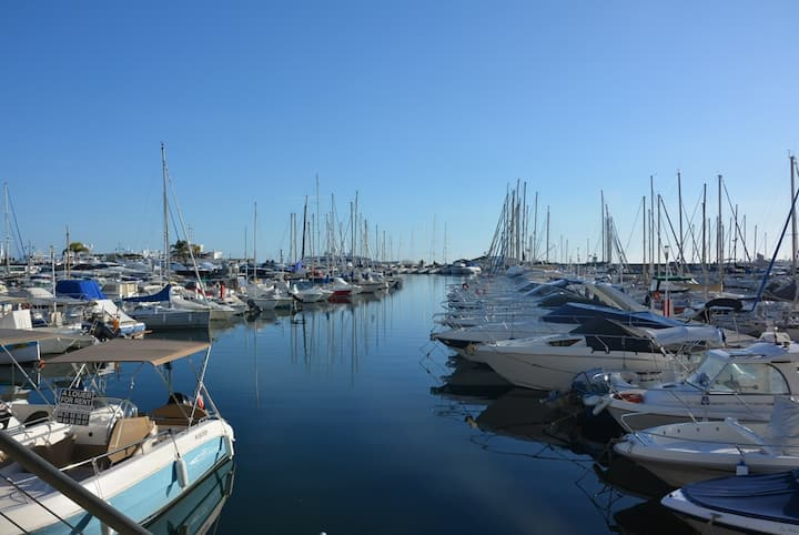 Flat very bright panoramic VIEW on the port of Golfe Juan - WIFI - LIFT LAST FLOOR - Washing machine, Dishwasher
