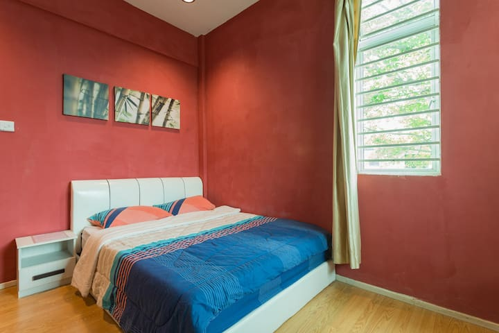 Queen room, chilling garden, 2 mins from airport