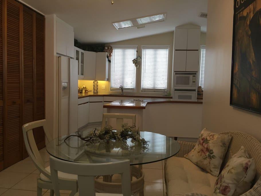 Fully equipped kitchen with breakfast nook. Cocina equipada con area de comedor