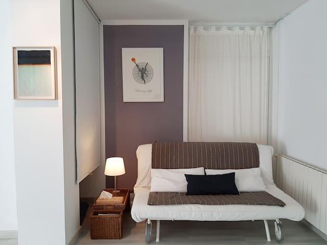 En la sala Blanca hay un rincón con un sofá cama para 2 personas.