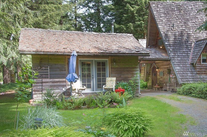 Cozy Hobbit River Cottage,Stevens Pass★★★★★