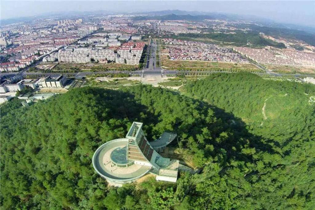 登上凤凰阁可以远眺安吉县城全景。