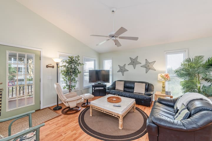 Pet-Friendly Bungalow on Harbor Island a Block from the Beach + Golf Cart