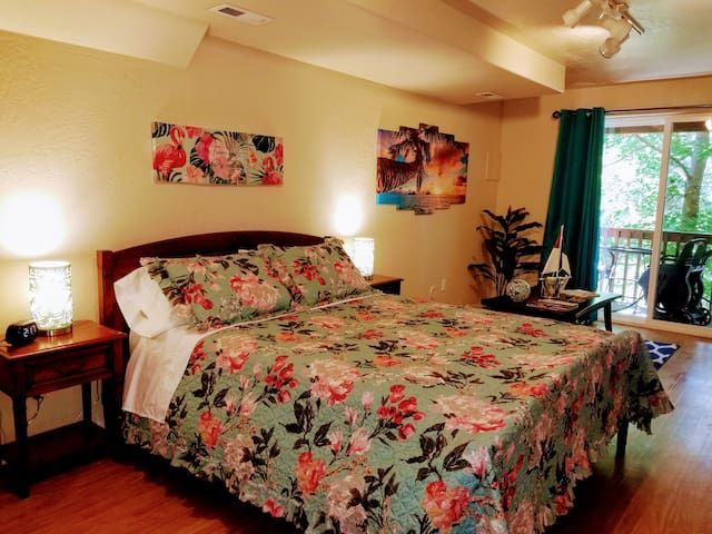 Large PrivateTropical Style Studio by downtown
