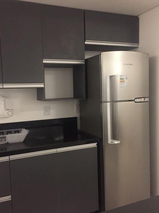Cozinha com todos eletrodomésticos novos.