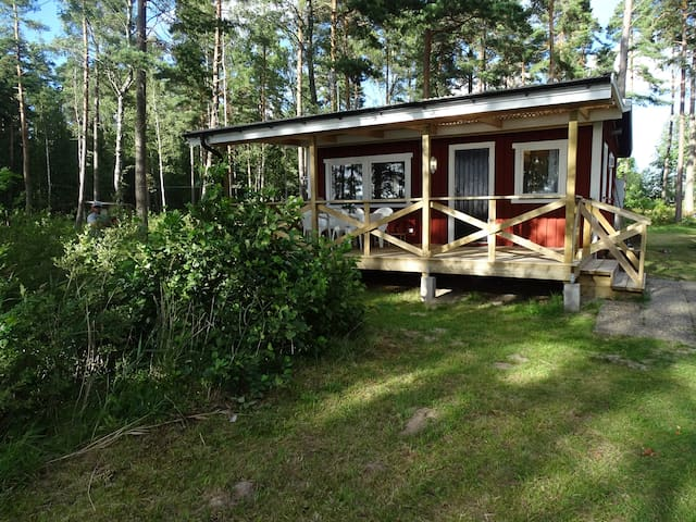 Beautiful lake-side cabin with private beach - Hjo - Cabin