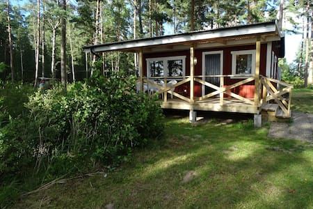 Beautiful lake-side cabin with private beach - Hjo - 小木屋