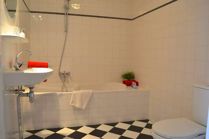 Ruime badkamer, met ligbad
