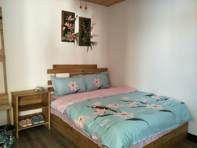 """房名""""蔷薇"""" 无窗经济房 床品为纯棉四件套。"""