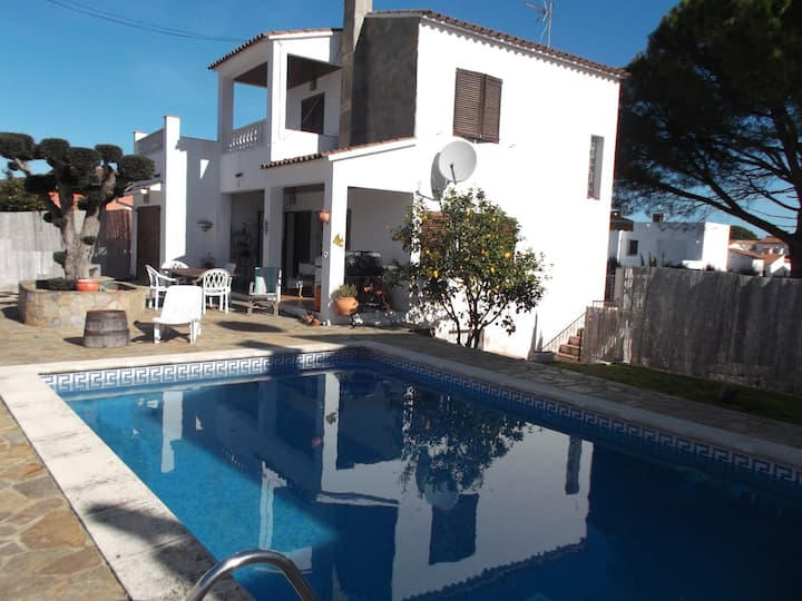 Lovely spacious villa with private pool