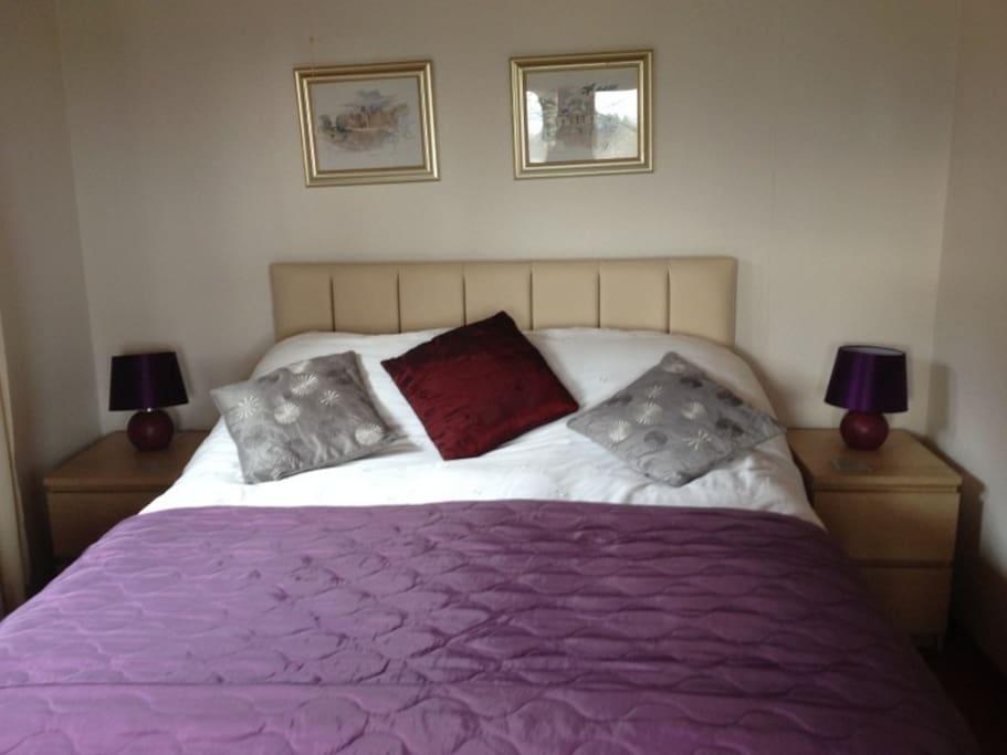 King sized bed room, with door onto verandah.