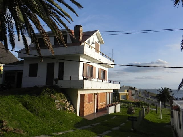 Casa en Piriápolis - 2 plantas - FRENTE AL MAR!