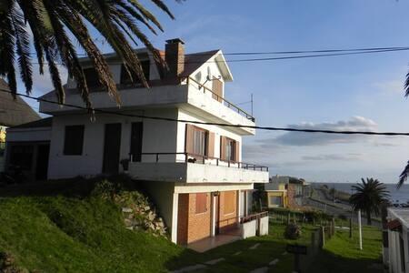 Casa en Piriápolis - 2 plantas - FRENTE AL MAR! - Piriápolis