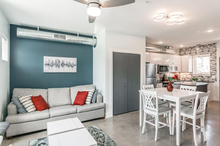 Stylish 3 level town home w/rooftop deck and view!