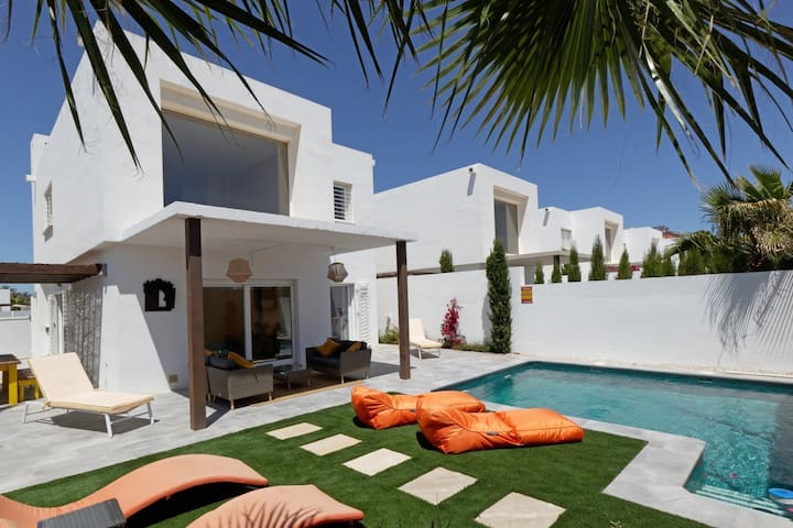 Luxury Villa-sleeps 6  w/pool -5 min walk to beach