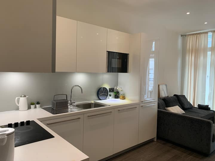 Luxurious & Spacious One Bedroom in Oxford Street