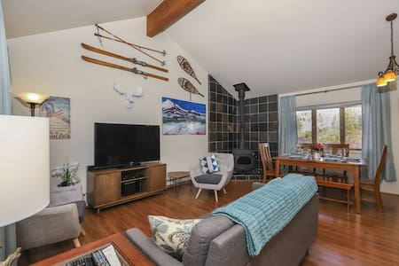 Quiet home on bus route, wood fireplace smart tvs