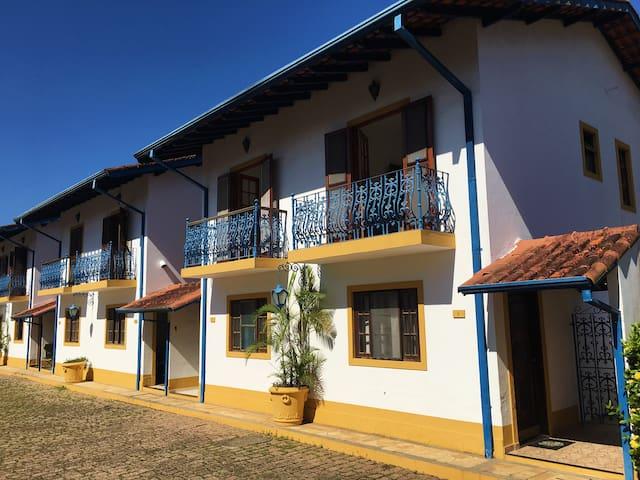 Casa em condomínio à 300 m da praia da Maranduba