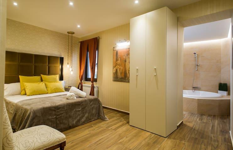 Suite principal con cama King Size de 180 cm por 190 cm. Con baño incorporado con bañera redonda.