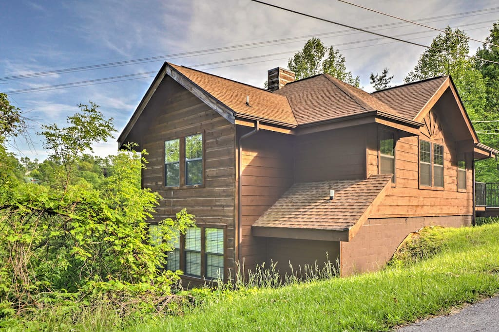 The home is situated on the side of a mountain with great views of Smoky Mountain National Park and the tramway to Ober Gatlinburg passing directly in front of the decks.