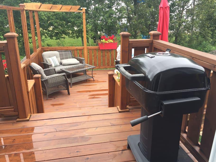 Grande terrasse intime avec BBQ au charbon