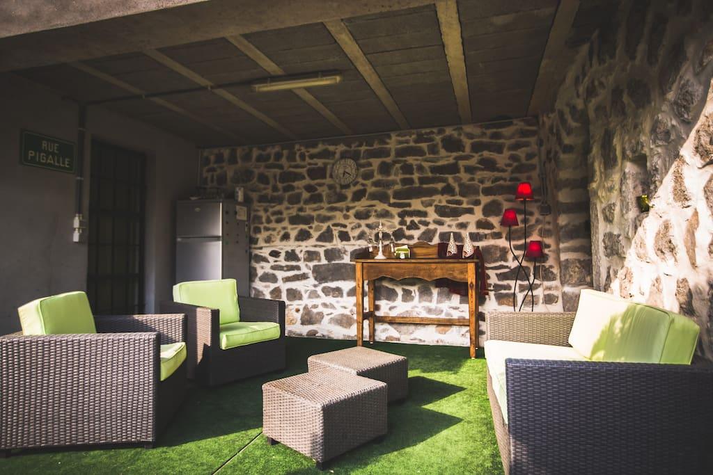 onze lounge om even tot rust te komen en te genieten van een plaatselijk wijntje