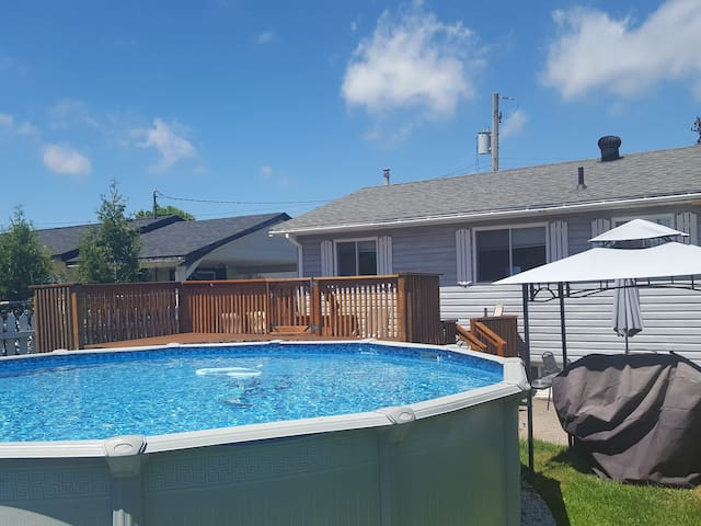 Clean house with large fenced in yard and pool! - Sault Ste. Marie - Casa