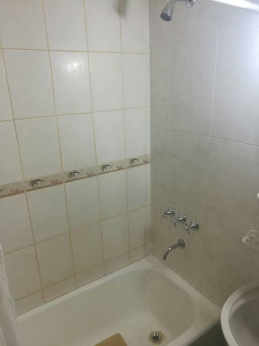 Baño hecho a nuevo con bañera