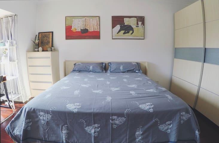 【CBD国贸温馨豪华公寓/独立大主卧】 紧邻地铁1&10号线Clean Cozy Apartment