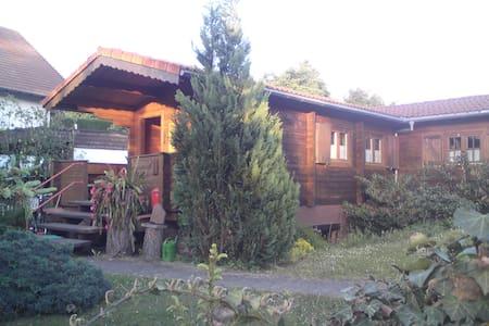 Nette Blockhütte am Stadtrand - House