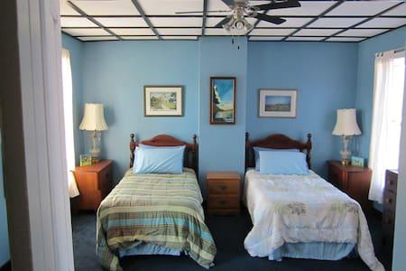 PAISLEY GARDENS - single room, 2 single beds