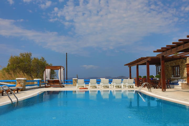 Maganos  Octo:  Breakfast, shared pool, A/C, Wi Fi
