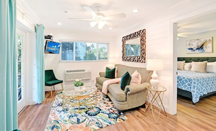 """Safe & Clean"" Siesta Key Beach -Hide-A-Way Suite-"