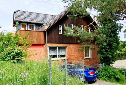 Helle Ferienwohnung mit Wintergarten und Balkon - Coburg - Apartamento