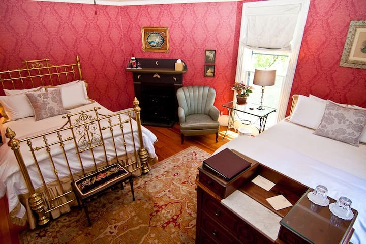 Lydia McCall (LM) in Luxurious Downtown B&B - Ashland - Bed & Breakfast