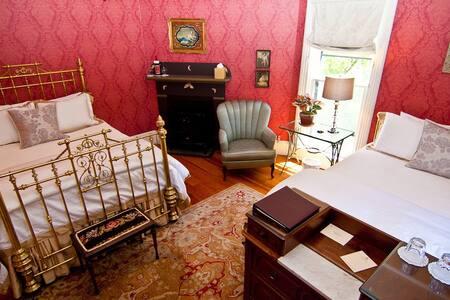 BOOK 2 NIGHTS GET 1 FREE! Victorian Mansion (LM) - แอชแลนด์ - ที่พักพร้อมอาหารเช้า