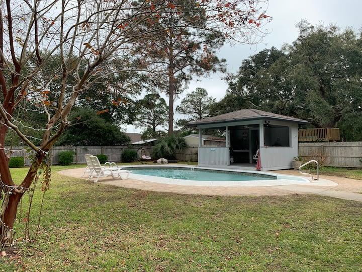 Ft Walton Beach DWNTN home; Pool & Hut for you!