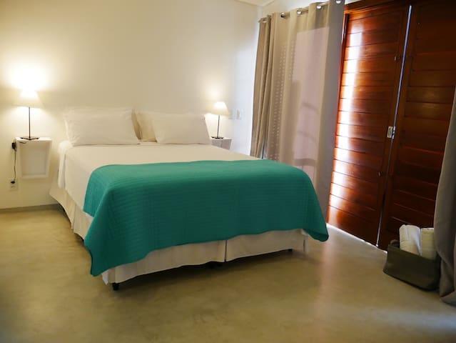 dormitorio principal en suite con balcon y vista mar