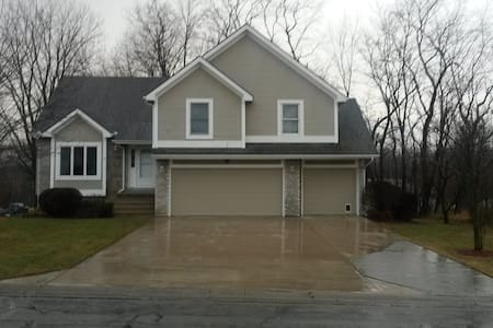 Big split level house with 2 available bedrooms - Smithville