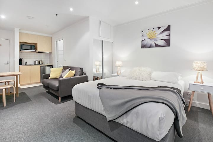 ★STYLISH CARLTON STUDIO★ Melb Uni & RMIT | Patio
