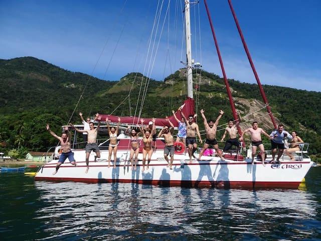 Day Charter ou Pernoite no Catamarã em Angra