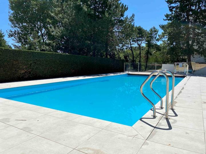 Appartement avec piscine, beach volley et pétanque