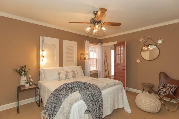 Bedroom 2 w/ Queen Bed