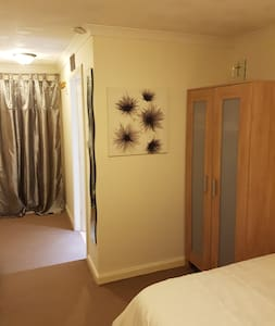 Comfy room with ensuite - Livingston - House - 1