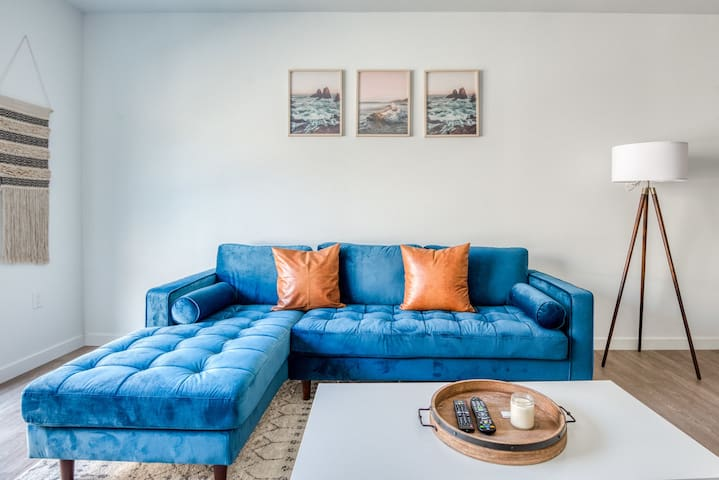 Chic 2BR Apartment by Griffith Park by Zeus