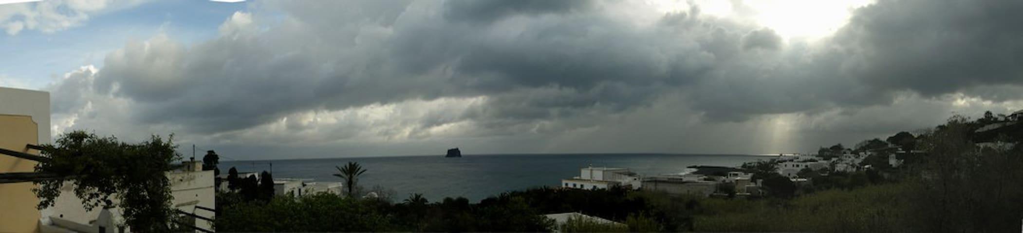 Vista su Strombolicchio dalla terrazza Sud Est