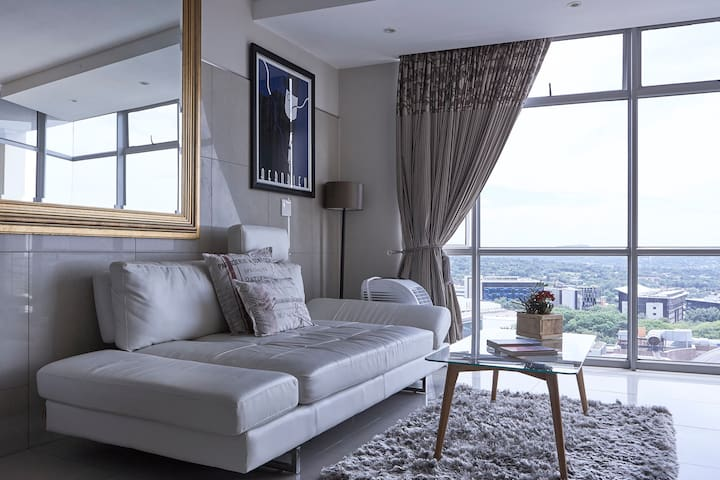Modern apartment, stunning views - Sandton