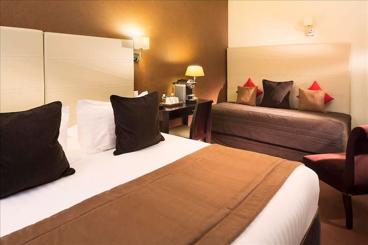2 Adjacents Rooms for 6 people, close to Opera and the Louvre with breakfast included