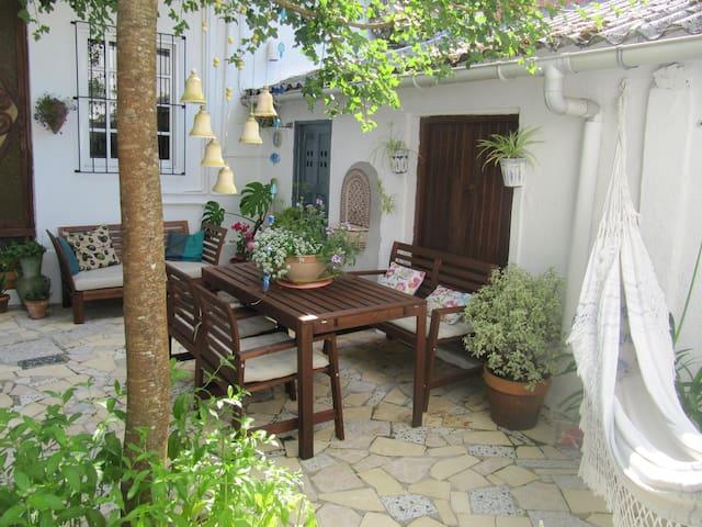 Un lugar ideal para el descanso, con sofá y hamaca