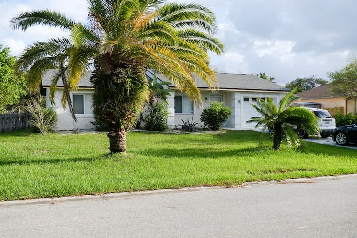 Spacious house, close to the beach and events!